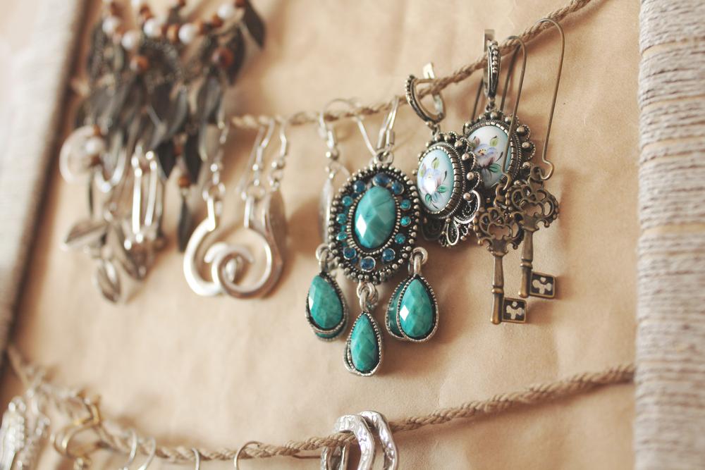 Read more about the article Quelles sont les meilleures astuces pour trouver de beaux bijoux à petit prix ?